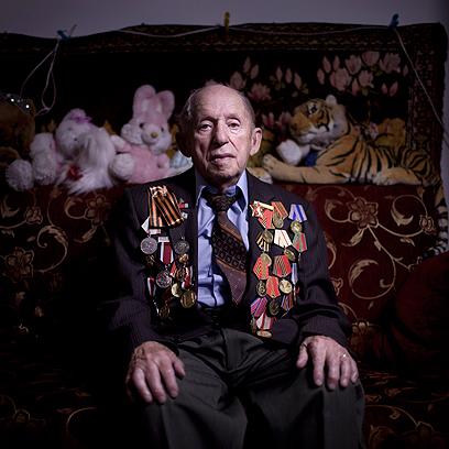 יצחק צ'ודנובסקי בביתו באשקלון. התגייס לצבא האדום ב-1942 והיה מפקד כוח ארטילריה בחזית סטלינגרד.  (צילום: AP)