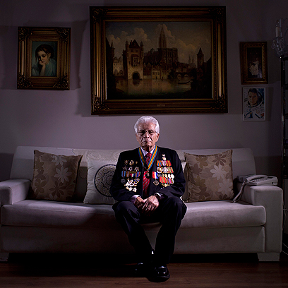שלום סקופס, בן 88, בביתו בתל-אביב. סקופס היה מפקד גדוד בצבא האדום ונלחם בלטביה. הוא נפצע בקרב מרימון יד ואושפז עד 1945. כעבור שנתיים השתחרר ועלה ארצה ב-1959.  (צילום: AP)