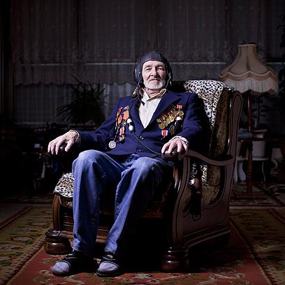 נחום מטוביץ', בן 87, בביתו באשקלון. היה טייס במטוס מפציץ מסוג איליושין Il-4 והשתת בקרבות ביפן ובקוריאה. עלה ארצה ב-1994.  (צילום: AP)