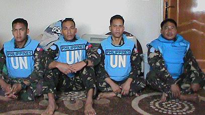 ארבעת הפקחים החטופים בתמונה שפרסמו המורדים