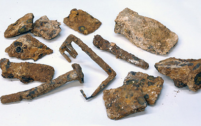 המפתח, יתדות ושאר כלים שנמצאו (צילום: קלרה עמית, באדיבות רשות העתיקות)