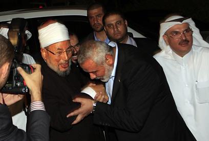 קרדאווי בעזה. לא הכריז על ג'יהאד נגד ישראל, כמו נגד אסד (צילום: AFP)