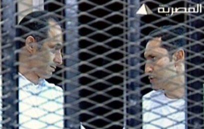 עלאא וגמאל, בניו של מובארק, מאחורי הכלוב המסורג (צילום: AFP)