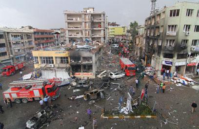 עשרות הרוגים, כ-100 פצועים. זירת הפיגוע ברייחנלי (צילום: EPA)