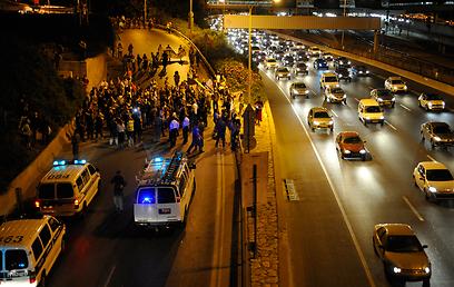 המשטרה עצרה שניים (צילו: בני דויטש)