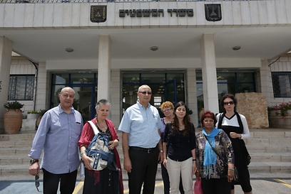 נציגי התושבים לפני הפגישה (צילום: אוהד צויגנברג)
