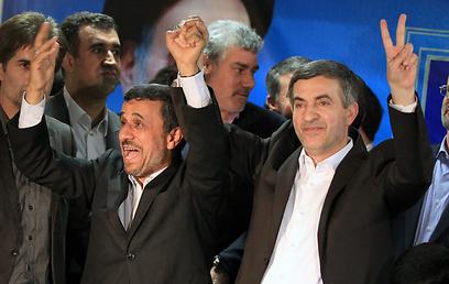 """נשיא איראן אחמדינג'אד עם משאאי. """"לקח יום חופש"""" (צילום: EPA)"""