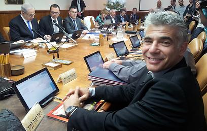 שר האוצר לפיד, אתמול בישיבה (צילום: בועז פיילר)