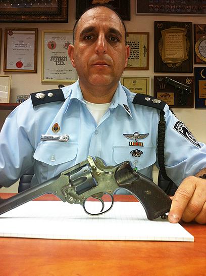 דניאלי והאקדח. האלמנה סייעה בחיפוש  (צילום: דוברות המשטרה, המחוז הצפוני)