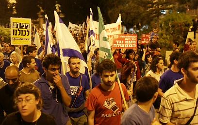 מפגינים בדרך למעון ראש הממשלה בירושלים (צילום: אוהד צויגנברג)