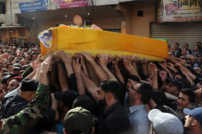 הלוויית לוחם חיזבאללה שנהרג בסוריה (צילום: AP)