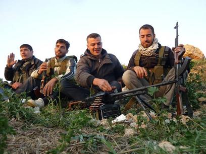 מורדים סורים בעיירה קוסייר. עוד יאלצו להמתין למשלוח נשק (צילום: AP)