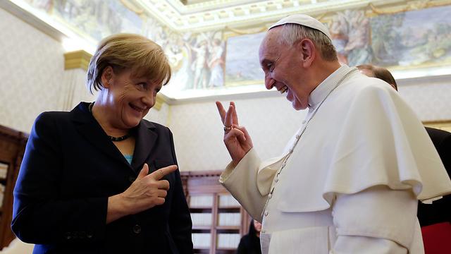 האפיפיור פרנסיסקוס ואנגלה מרקל. שניהם תחת מעקב? (צילום: AFP)
