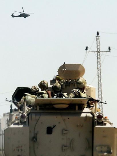 טנקים, חיילים ואפילו מסוקים פעלו בחצי האי בימים האחרונים (צילום: רויטרס)