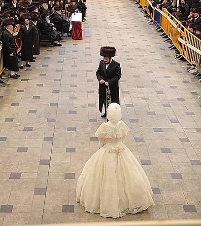 """החתן ורעייתו הטרייה רקדו לעיניי האלפים. הפגנת האינטימיות החריגה בין בני הזוג נהוגה פעם אחת בחיים, בליל כלולותיהם (צילום: מאיר אלפסי, """"כיכר השבת"""")"""