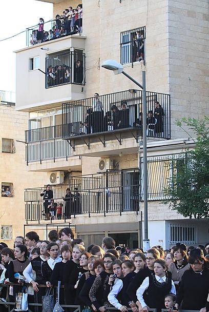 על כל מרפסת, על הגגות והגדרות: ההמונים מתקבצים לקראת החופה (צילום: גיל יוחנן)