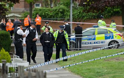 זירת הרצח בלונדון, הערב. קמרון מקדים חזרתו מצרפת (צילום: AFP)