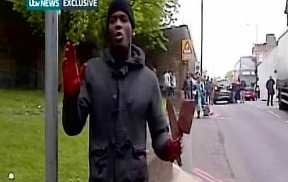 הרוצח בלונדון עם הדם על הידיים (צילום: רויטרס)