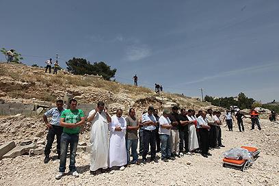 בהלוויה השתתפו עשרות בני אדם (צילום: גיל יוחנן)