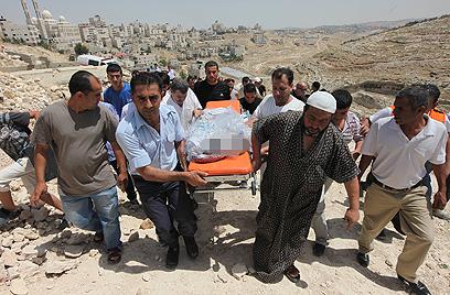 הגופות מובאות להלוויה (צילום: גיל יוחנן)