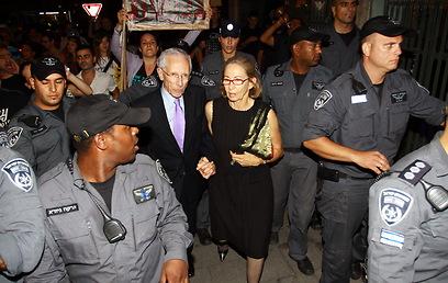 שוטרים מפנים את פישר בכיכר הבימה (צילום: דוד כהן)