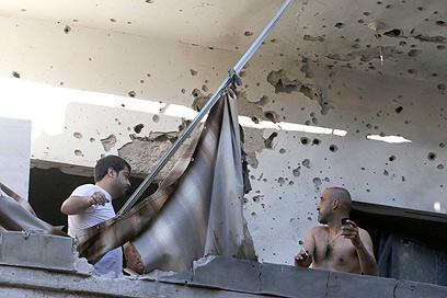 """הנזק ברובע של חיזבאללה. בחריין: """"חובה דתית לעצור את נסראללה"""" (צילום: רויטרס)"""