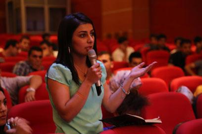 """דיון נדיר. סטודנטית ב""""דיבייט"""" באוניברסיטת כורדיסטן"""