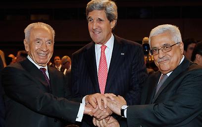 פרס עם מזכיר המדינה קרי וראש הרשות אבו מאזן (צילום: רויטרס)