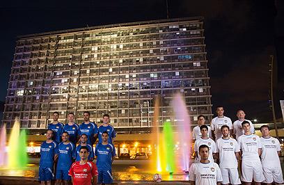 """שחקני קבוצת הכדורגל להומואים """"ריינבול"""" מצטלמים לחודש הגאווה בכיכר רבין (צילום: גיא יחיאלי)"""
