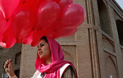"""מתנדבת בפעולה. """"10,000 רעיונות לחיים שמעבר למלחמה"""" (צילום: AP)"""