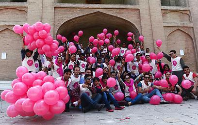 """המתנדבים. """"חלק מהנערות לא חבשו כיסוי ראש ולבשו בגדים צמודים"""" (צילום: AFP)"""