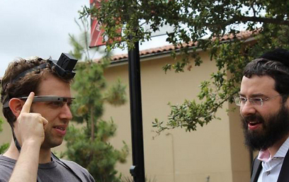 """""""איך הצליח הרב לשים את ידיו על המשקפיים?"""" (צילום: באדיבות אתר חב""""ד COL)"""