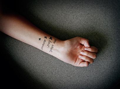 """""""שבוע אחד בקיץ האחרון"""". כתובת קעקע על זרועה של נערה שאיבדה את הזרת (צילום: Andrea Gjestvang /MOMENT)"""