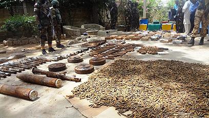"""כלי הנשק שנתפסו. """"מוקשים, טילים נגד מטוסים ומטולי רימונים"""" (צילום: AFP)"""