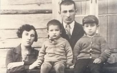 משפחת פרסקי הצעירה (שמעון מימין). גרו בבית מעץ (צילום: בתיה דורי)
