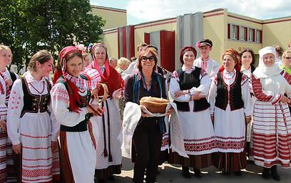 פרופ' ולדן עם בנות הכפר (צילום: בתיה דורי)