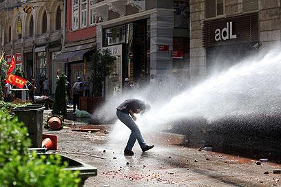 כלי מרכזי בפיזור הפגנות המחאה. תותחי מים על מפגינים באיסטנבול (צילום: AFP)