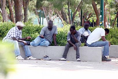 מסתננים בדרום תל אביב. נשלחים לכלא על סמך חשד בלבד (צילום: מוטי קמחי)