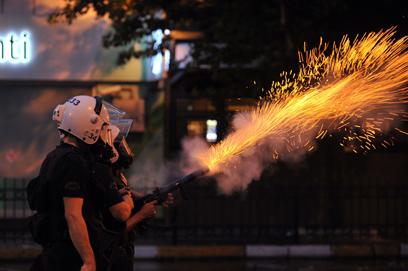 """בכיכר המחאה הטורקית. ארדואן: """"טוויטר הוא סכנה"""" (צילום: AFP)"""