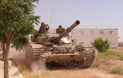 אנשי חיזבאללה על טנק צבא סוריה (צילום: רויטרס)