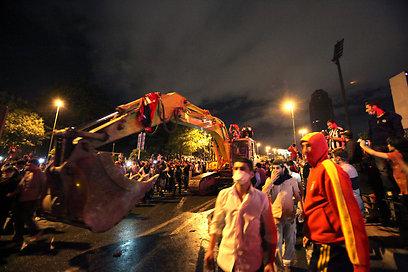 טרקטור לצד המפגינים, איסטנבול בליל אמש (צילום: EPA)