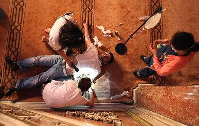 מפגין שנפצע בטקסים מקבל טיפול רפואי (צילום: EPA)