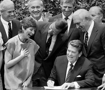 לאוטנברג לצדו של הנשיא רייגן בעת חתימה על חוק העלאת גיל השתייה ל-21 (צילום: AP)