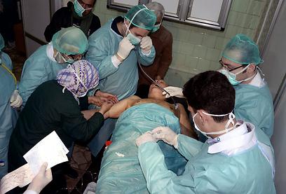 מטפלים בנפגע נשק כימי (ארכיון) (צילום: AP)