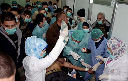 Treating Syrians hurt from chemical weapons (Photo: AP)