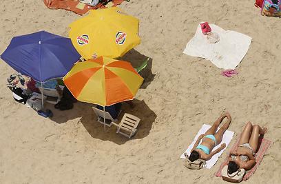 משתזפות בחוף נתניה (צילום: עידו ארז)