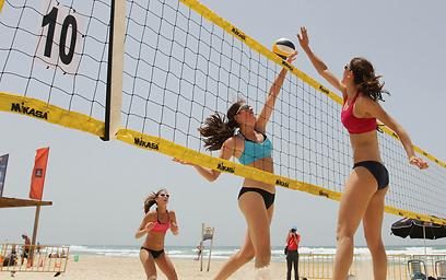 רק רשת. כדורעף בחוף בנתניה (צילום: עידו ארז)