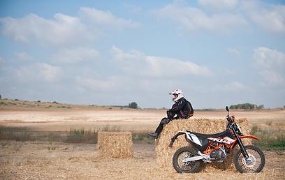 רוכב אופנוע מזיע מתחת למעיל (צילום: בני דויטש)