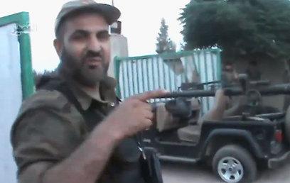 אחד המורדים מתגאה בג'יפ חיזבאללה שלטענתו ננטש