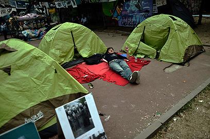 לא הולכים לשום מקום. פארק גזי באיסטנבול ליד כיכר טקסים (צילום: AFP)